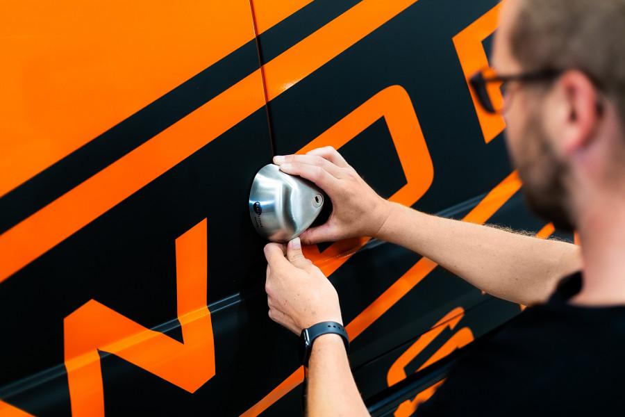 Sikkerhedslås til varebiler, varevogne og andre arbejdskøretøjer.