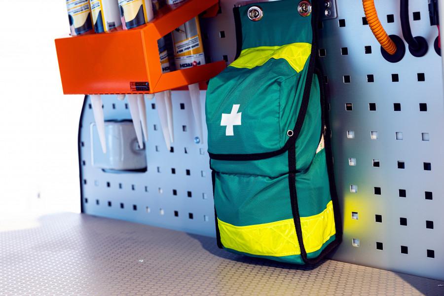 Førstehjælpssæt og brandslukker til dit arbejdskøretøj.